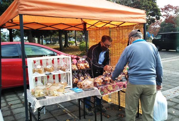 八幡公園朝市11月8日に秋晴れのなか開催しました。